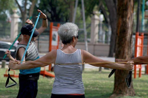 Gimnasia gratuita para adultos mayores en la Plaza Boedo